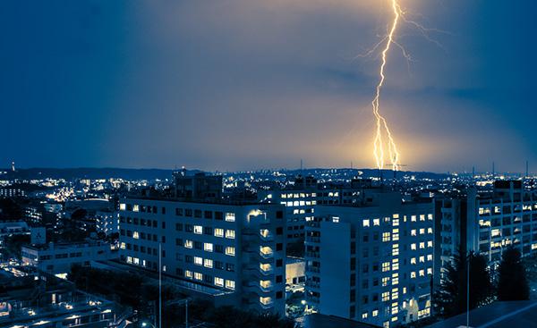 危険!外出中に雷にあったらどうすればいいか?